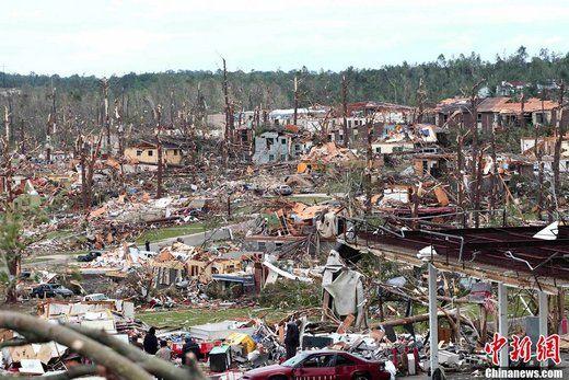 4月28日,在美国亚拉巴马州普拉特城拍摄的龙卷风过后的场景。