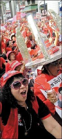 """2011年5月19日,""""红衫军""""在曼谷街头举行大规模集会。图/人民图片"""