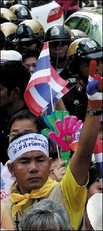 """2010年11月2日,""""黄衫军""""在曼谷议会大楼外集会。图/人民图片"""