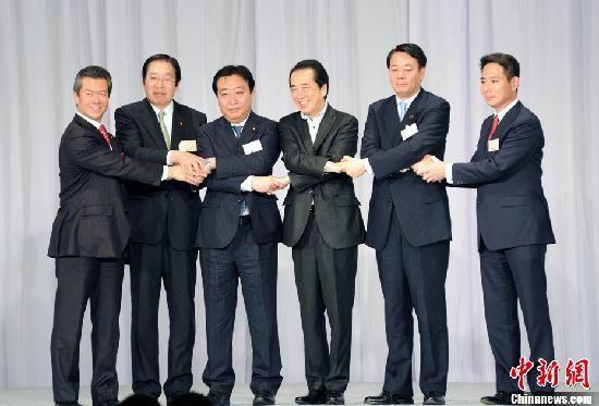 8月29日,日本民主党举行新党首选举,野田佳彦成为新党首,图为5位候选人和即将卸任的首相菅直人合影。中新社发 孙冉 摄