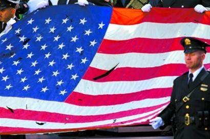 纪念活动上展示了一面当年被损的美国国旗