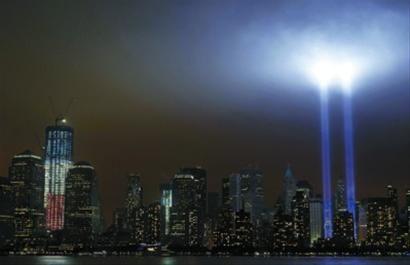 9月11日,在美国纽约世贸中心遗址附近,代表世贸中心双塔大厦的两束光柱射向夜空