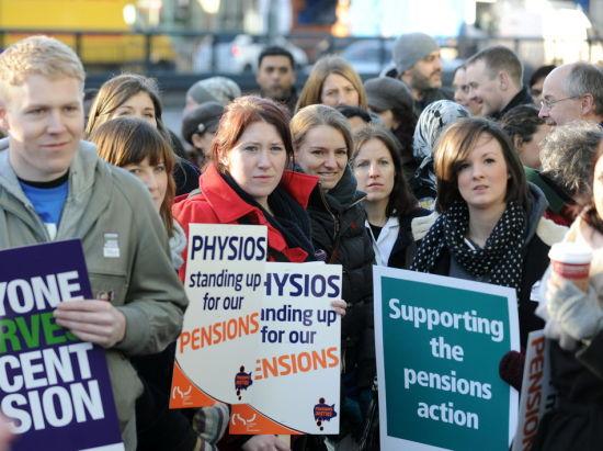 11月30日,在英国首都伦敦,罢工支持者在一家医院前举行集会。