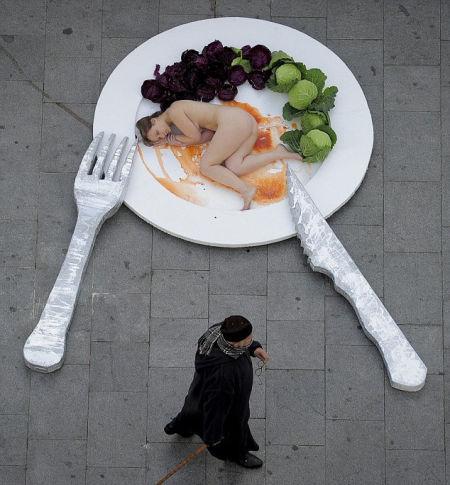 为呼吁人们放弃肉食 西班牙美女上演裸体盛宴