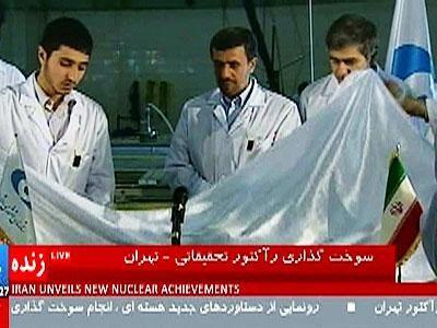 伊朗总统艾哈迈迪-内贾德观摩核燃料棒加载过程。