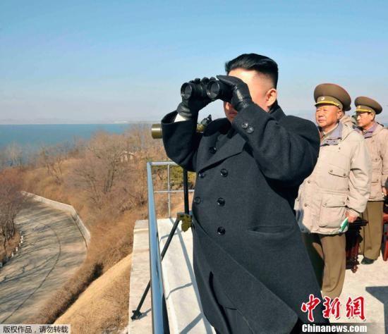 资料图:这张朝鲜中央通讯社3月15日提供的照片显示,朝鲜最高领导人金正恩(前)近日指导了朝鲜人民军陆海空三军联合打击训练。