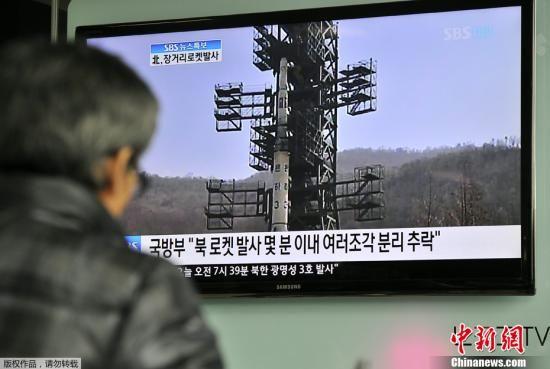 """2012年4月13日上午11时许,朝鲜官方宣布卫星未能进入预定轨道,发射失败。朝鲜""""银河3号""""火箭于北京时间4月13日6时38分搭载""""光明星3号""""地球观测卫星,从朝鲜平安北道铁山郡西海卫星发射场发射升空。图为韩国首尔民众通过电视关注朝鲜卫星发射情况。"""