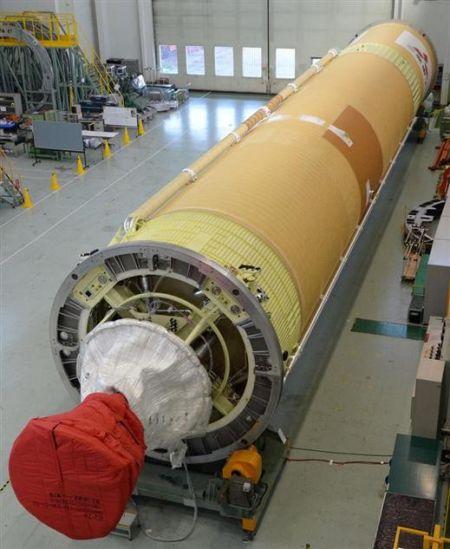 5月17日,H2A火箭21号机从组装大楼移至发射场,将搭载日韩两国的卫星于18日发射升空。摄于日本种子岛宇宙中心。