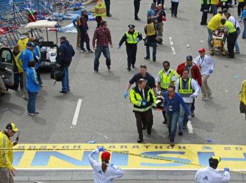 爆炸发生后,救援人员将伤者送往医院。