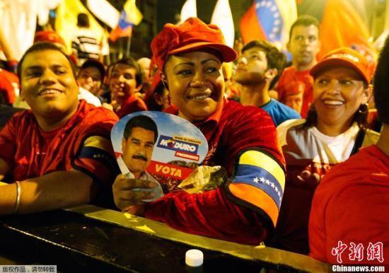 当地时间2013年4月14日,委内瑞拉加拉加斯,委内瑞拉选举委员会宣布,委内瑞拉代总统、执政党候选人尼古拉斯•马杜罗在总统大选中胜出,以50.66%的得票率当选委内瑞拉总统。图为民众庆祝马杜罗当选。
