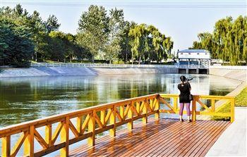 鲍丘河岸边通过绿化生态护坡、栽植景观树木、设计景观小品等,提