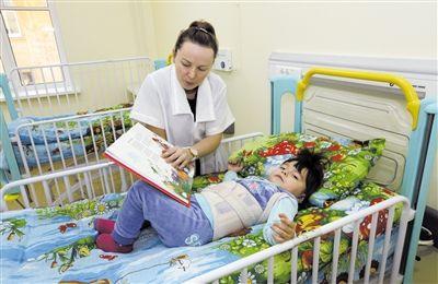 2012年11月,俄罗斯圣彼得堡,一名儿童正在医院接受治疗。