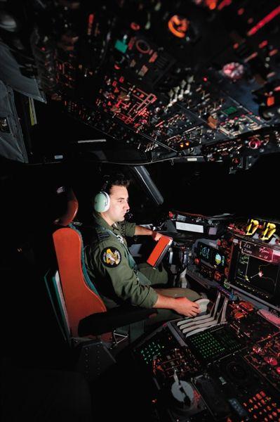 澳大利亚空军机组人员参与搜索工作。新华社发