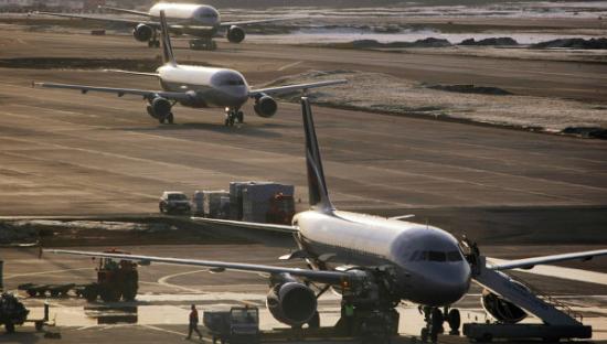 一架正在莫斯科谢列缅季沃国际机场的伊尔-96飞机发生火灾。