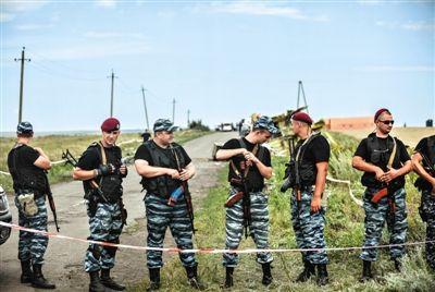 20日,乌克兰顿涅茨克,亲俄反政府武装控制马航客机坠机现场附近区域。目前,搜救人员已在此找到233具遇难者遗体。