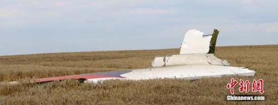 19日,疑似马航失事客机机翼部分残骸。17日,一架马来西亚航空公司的波音777客机在靠近俄罗斯边界的乌克兰东部地区坠毁,机上乘客和机组成员共298人全部遇难。中新社发 王修君 摄
