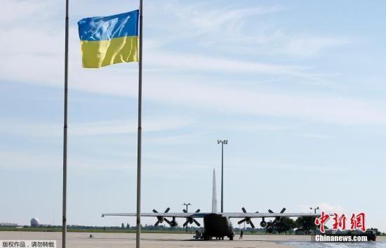 当地时间7月23日,乌克兰哈尔科夫机场一架飞机等待装运MH17坠机遇难者遗体,前往荷兰。