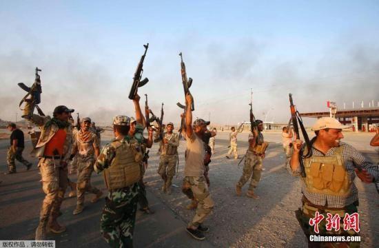 """资料图:当地时间9月1日,据伊拉克警方消息,伊安全部队、库尔德武装和什叶派民兵在伊拉克和美国空军的支援下,打破""""伊斯兰国""""极端武装对北部阿迈尔利镇长达两个多月的围困,成功攻入这座被""""伊斯兰国""""极端武装围困两个多月的城镇。图为政府军庆祝胜利。"""