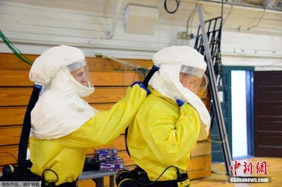 当地时间10月9日,美军传染病医学研究所,美国101空降师的士兵正在学习预防埃博拉病毒的相关知识。 资料图