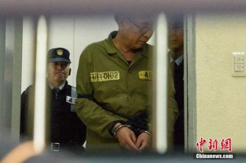 """当地时间2014年11月11日,韩国光州,沉没渡轮""""世越号""""船长李准石和船员们抵达法院,接受最终审判。图片来源:CFP视觉中国"""