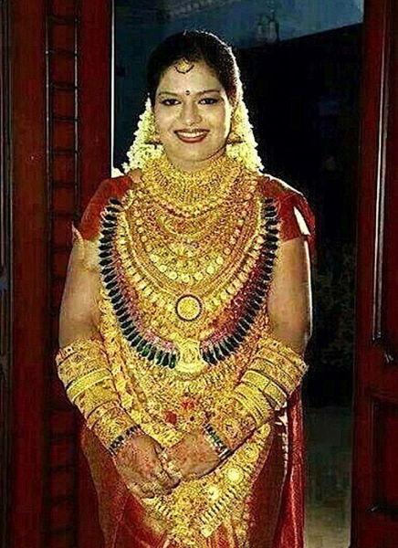 这名新娘身上佩带着价值40多万美元的黄金首饰,在社交媒体上遭到广泛谴责。(网页截图)