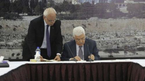 12月31日,巴勒斯坦民族权力机构主席阿巴斯(右)签署了作为国际刑事法院基础条约的《罗马规约》。