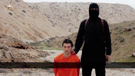"""疑为极端组织""""伊斯兰国""""(ISIS)放出的斩首视频截图。"""
