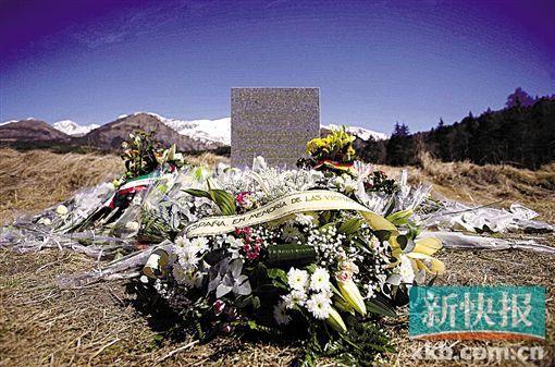 3月27日,空难遇难者家属在坠机地点附近摆放悼念的鲜花。