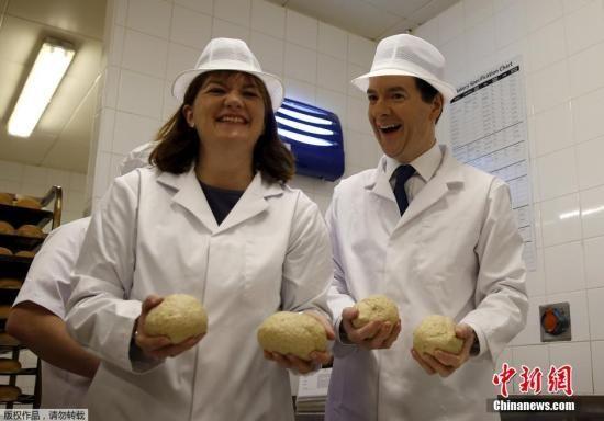 奥斯本造访英国,莫里森超市的面包点,亲自动手做面包,为大选造势.