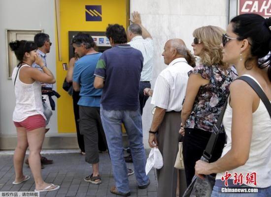图为希腊民众在ATM机前排队取现