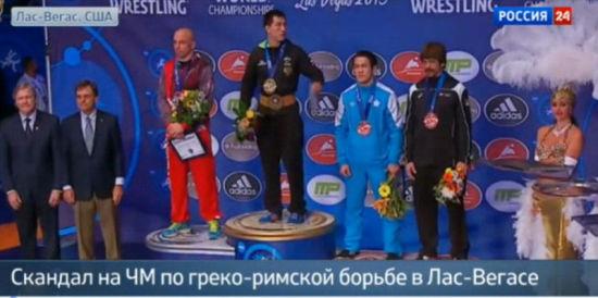 摔跤冠军赛上,俄罗斯选手在发现国歌放错后立刻示意工作人员。(视频截图)