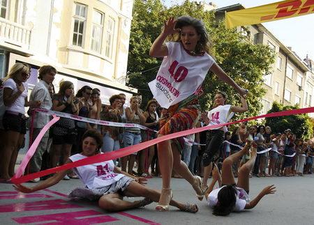 图文:女子高跟鞋短跑比赛