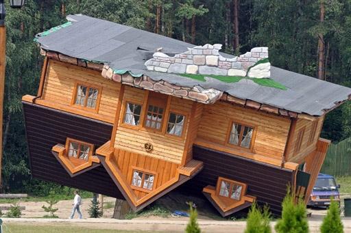 """8月4日,艺术创作""""倒置的房屋""""在波兰展出。   2007法新社年度奇趣类图片欣赏。"""