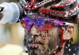 图文:运动员参加山地自行车赛后清洗脸部