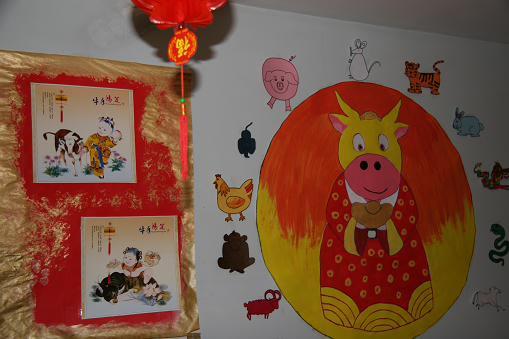 墙上贴满中国画-法国幼儿园里闹新春