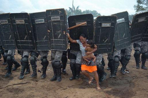 图文:荷赛一般新闻单幅一等奖-妇女试图阻止警察