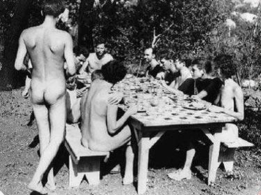 组图:德国男子开办天体主义旅馆住客须裸体
