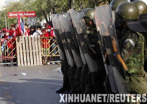 泰国军队和反政府示威者发生武力冲突(组图)