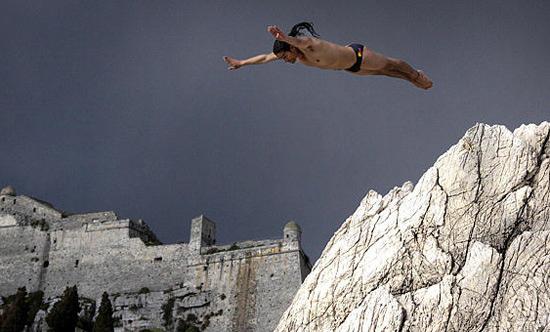 组图:哥伦比亚选手表演悬崖跳水
