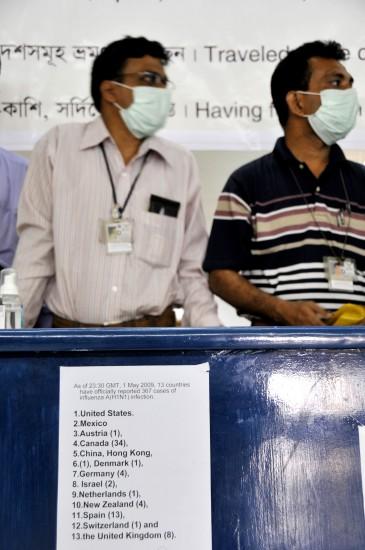 图文:孟加拉国卫生部门工作者等待乘客入境