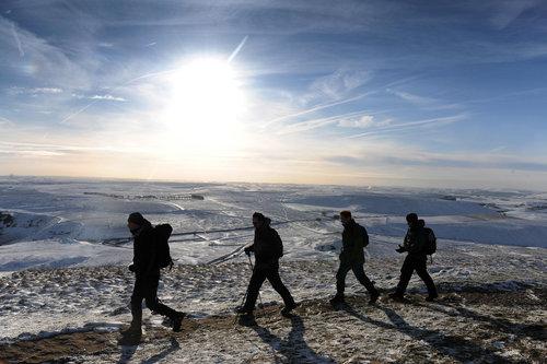 组图:英国户外运动爱好者登山迎新年
