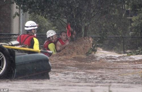 救援人员在搜救被困者