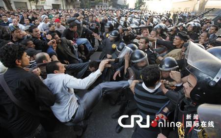 反政府示威者在开罗市中心与警察发生冲突。(国际在线/路透)