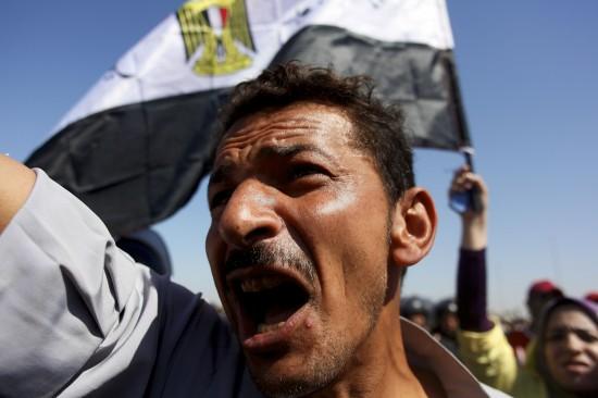 8月3日,埃及前总统穆巴拉克的反对者在开罗警察学院外参加集会。