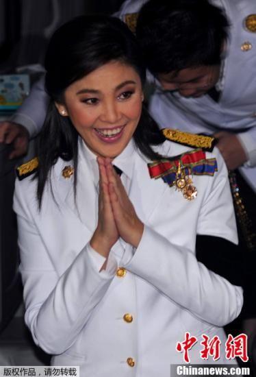 8月1日,在泰国曼谷,为泰党总理候选人英拉・西那瓦在新一届国会启动仪式前向媒体记者致意。