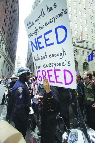 """当地时间17日,人们在美国纽约华尔街附近示威,抗议金融体系""""青睐""""权贵阶层。"""