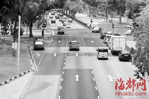 """在新加坡,靠近红绿灯的车道上画有三个箭头,车开到三个箭头的范围内可""""闯""""黄灯"""