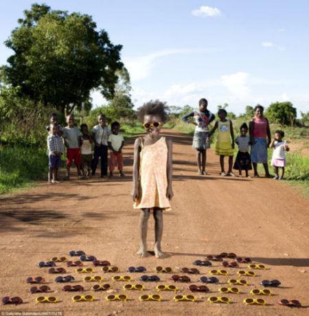 赞比亚孩子莫迪喜爱收集太阳镜,她有许多颜色各异的收藏品。