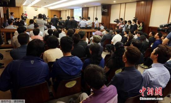 """当地时间2014年6月10日,韩国光州,针对""""世越号""""(原译为""""岁月号"""")沉船事故涉事船员的正式审理程序开始,韩国对涉事船员进行首场审判。"""