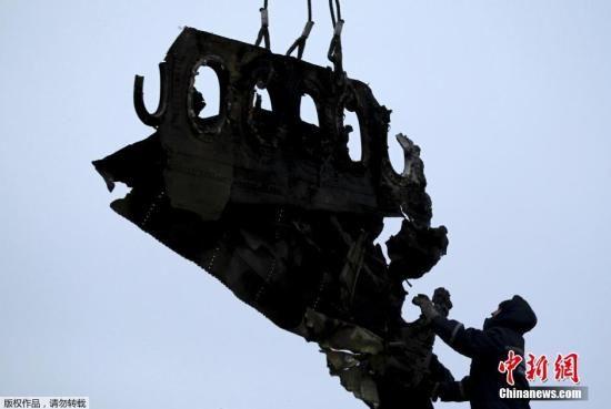 当地时间2014年11月16日,乌克兰顿涅茨克地区,坠毁MH17飞机残骸收集工作进行中。据悉,在事故现场已成功搜寻到起落架的部分残骸,一大块机身残片和以及疑似乘客遗体。专家们希望将这些残骸运往荷兰之后,能够通过技术手段还原某个部件,以确定事故具体原因。